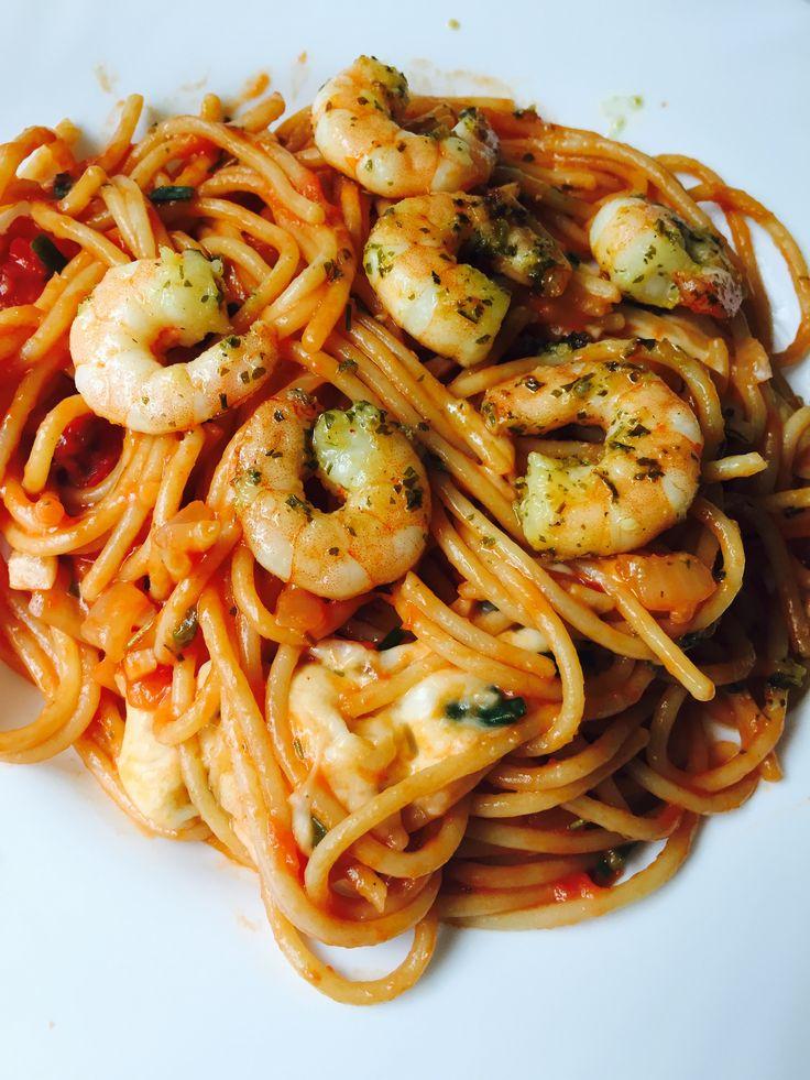 One Pot Pasta with shrimps, mozzarella and a chili tomato sauce