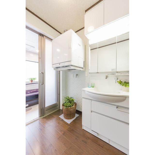大きい写真の一覧ページです 明るく機能的な洗面室 洗面 のリフォーム事例 施工例 No B99264 電気式の衣類乾燥機を撤去し 乾燥時間の早いガス式の衣類乾燥機を設置しました 雰囲気を明るくするため 設備機器は清潔感のある白をお勧めし 壁は汚れてもさっと拭く