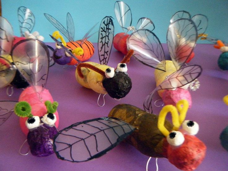 Insecten 1: papier mache om een klein flesje, ijzerdraad. etc.