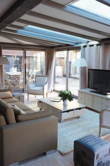 Une véranda chic avec puits de lumière - Une belle véranda pour agrandir la maison - CôtéMaison.fr