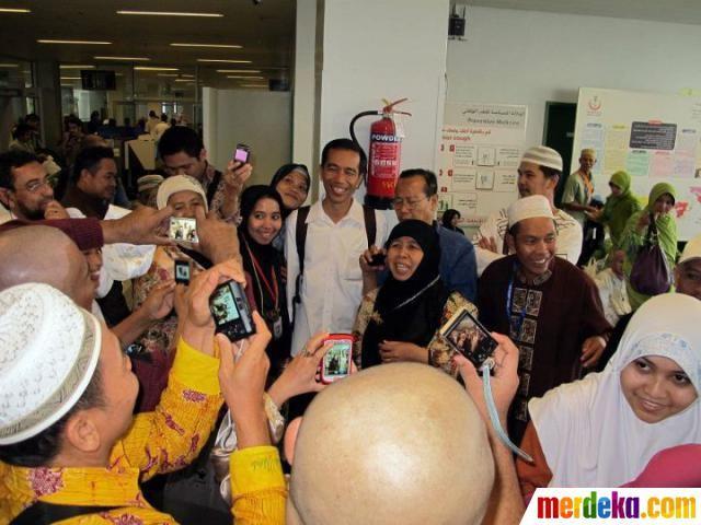 Para jamaah yang mengikuti umrah berfoto bersama calon gubernur DKI Jakarta Jokowi saat berada di Airport Jeddah.