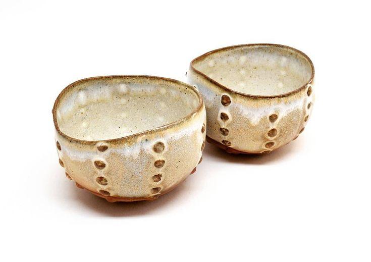 Petits bols à thé oursin, fait  de grès naturel. ♥️ Little tea bowls made of natural stoneware. . #ceramic #faitmainmtl #madeinmontreal #stoneware #nadiartisteceramiste #clay #handmade #ceramiste #pottery  #metiersdart #potière #studiolife #ceramiclicious #ceramicbowl #instapottery #potterygram