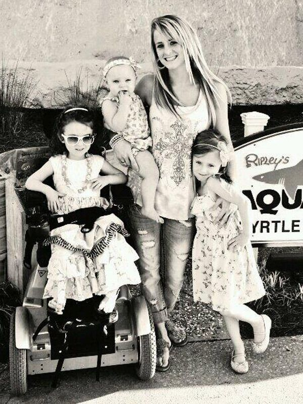 Leah Messer Calvert, who's not usually a big tweeter, shared this adorable photo of her and her girls at the aquarium. It's important to note that Ali's finally in her wheelchair, which we knew from Teen Mom 2's current season that she was getting fitted for. Glad to see her so happy with it!