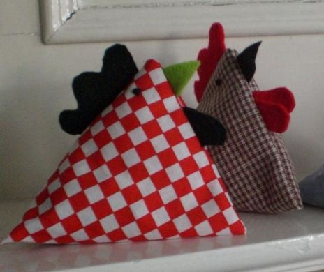 Free pattern. These chickens are very easy to make, the body is based on how to make a juggling bean bag.