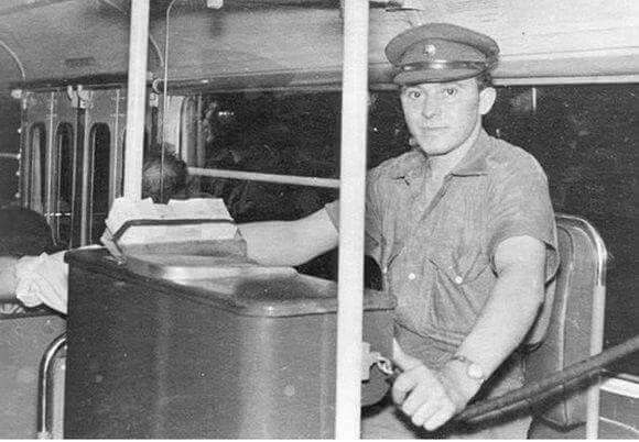 Εισπρακτορας λεωφορειου. Old days: bus fare collector