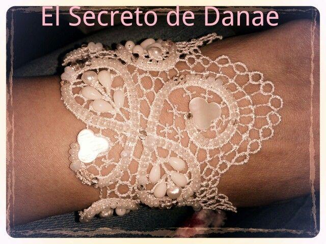pulsera de novia hecha a mano de encaje de guipur y pedreria de nácar,cristal y perla bordado con hilo de seda...un capricho muy romántico