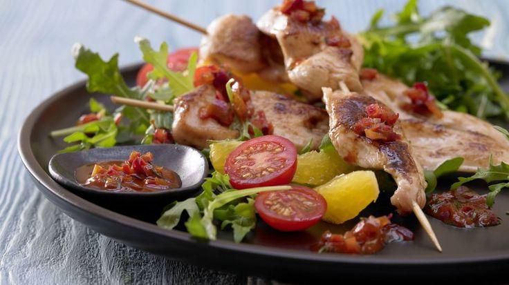 Marinierte Hähnchenspieße - auf Rucola-Tomaten-Salat - smarter - Kalorien: 276 Kcal - Zeit: 1 Std. | eatsmarter.de