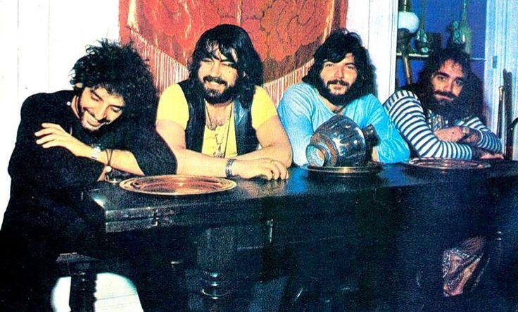 Μετά από 36 μήνες θητεία στο στρατό, ο ροκ κιθαρίστας Αργύρης Silver Koulouris μπορεί να ξαναχαρεί τα μαλλιά του. .............................Πριν μπει φαντάρος έκαναν όνειρα για καριέρα στη ροκ μουσική. Άραγε θα είναι έτσι όπως τους άφησε; Ο έμπειρος μουσικός επιστρέφει σ' εκείνη την εποχή. _________________________ #music #guitar #band #story #fragilemagGR Demis Roussos & Aphrodite's Child Fanpage Aphrodite's Child http://fragilemag.gr/silver-coulouris-aphrodites-child-666-paris/