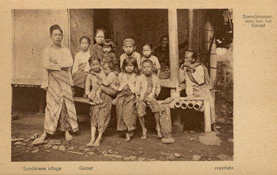Sundanese village Garoet circa 1900.