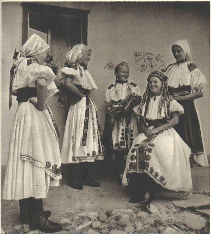 Obliekanie nevesty, Moravské Lieskové, Bošácka dolina, bývalá Trenčianska župa, Slovensko, Západné Karpaty