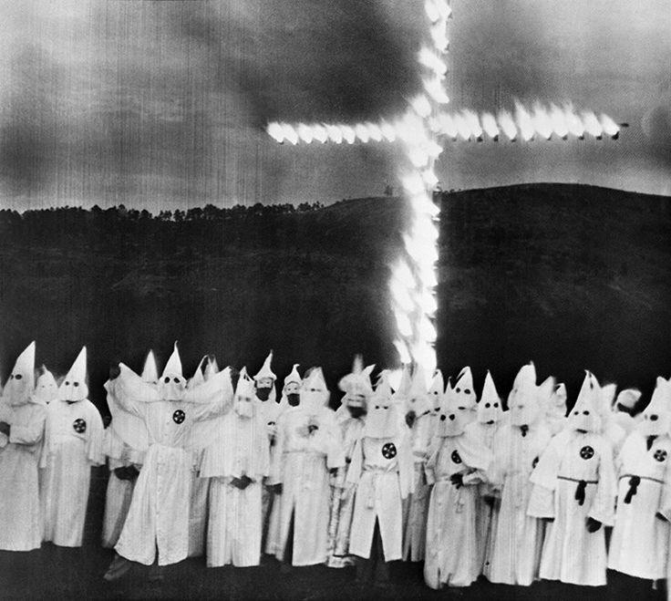 Ku Klux Klan (KKK) es el nombre adoptado por varias organizaciones de extrema derecha en EE.UU., creadas en el siglo XIX después de la Guerra de Secesión. Se caracteriza por promover la xenofobia, la supremacía de la raza blanca, la homofobia, el antisemitismo, el racismo y el anticomunismo. Con frecuencia, estas organizaciones han recurrido al terrorismo, la violencia y actos intimidatorios como la quema de cruces, para oprimir a sus víctimas.