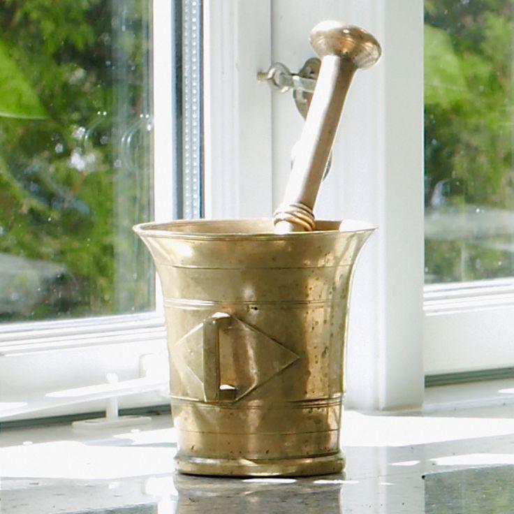 Messing morter i køkkenet - et vidunderligt redskab i køkkenet og det pynter også i vinduet.