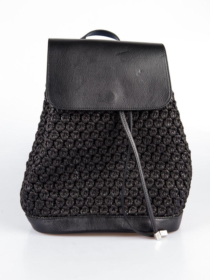 Siyah sırt çantası %100 örgü, %100 deri ve doğal malzemeler kullanılarak yapılmıştır. Ayarlanabilir omuz askısı  Astarlı  Altın kaplama logo Büzgülü  kapama  Püskül detayları Nemli bez ile temizlenebilir Boyutları: 35cm x 36cm