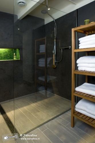 Tadelakt walls full drain at end of shower glass wall for Tadelakt bathroom ideas