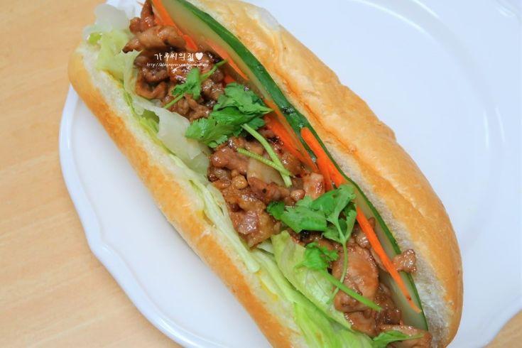 반미샌드위치, 집에서 손쉬운 베트남 요리 바삭바삭 기분좋은 소리를 내는 쌀바게트. 상큼한 야채와 달콤짭짤한 돼지고기. 또 고소한 달걀 프라이가 들어가니. 맛있는 샌드위치가 완성되었답니다♥ [재료] 쌀바게트 1개, 돼지고기(불고기감) 100g, 양상추 30g, 달걀 1개, 오이·당근 조금, 마요네즈 1/2T, 연겨자 1/3t, 스리랏차 1/2T, 있으면 고수 1~2뿌리 [양파 피클] 양파 1/2개, 식초 1T, 설탕 2/3T, 소금 1/2t [고기 양념] 피쉬소스 or 액젓 1T, 굴소스 1t, 몰라리스 or 흑설탕 1T, 황설탕 1t, 다진 마늘 1t, 후추 약간 얇게 슬라이스한 양파를 피클 재료에 다 넣고 15분간 절여 양파 피클을 만들어주세요. 마찬가지로 한 입에 먹기 좋게 썰은 돼지고기에 고기 양념 재료를 다 넣고 주물러 3~5분간 절여주세요. 예열된 프라이팬에 식용유를 두르고 완반숙 프라이를 만들어주세요. 프라이를 만...