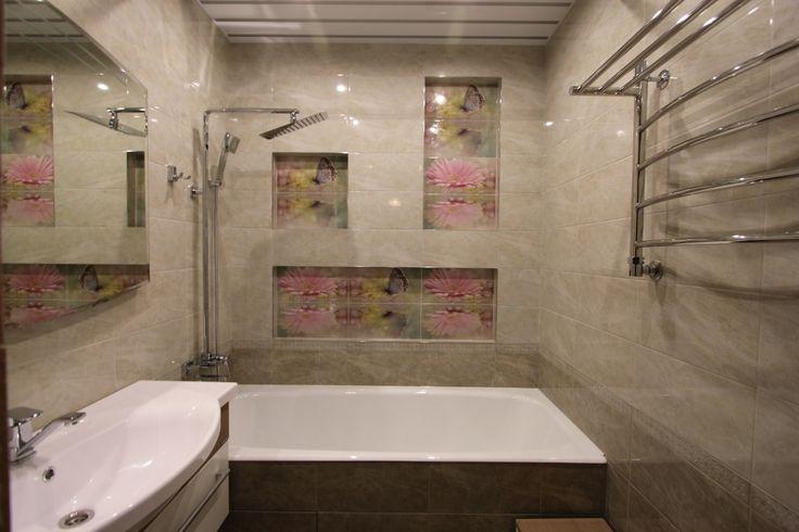 Небольшая ванная комната. Оригинальность придают цветочные вставки из плитки, а также в ванной комнате используются четкие прямые линии. #небольшая_ванна_комната