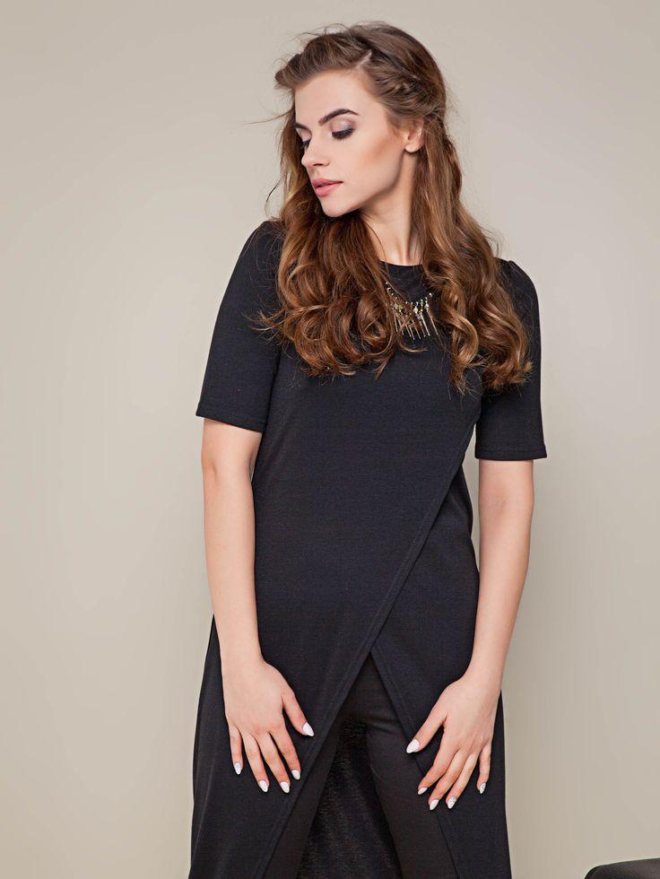 Czarna długa tunika z trykotażu o oryginalnym kroju. W komplecie ze spodniami, dżinsami i dodatkami stanowi idelany zestaw.