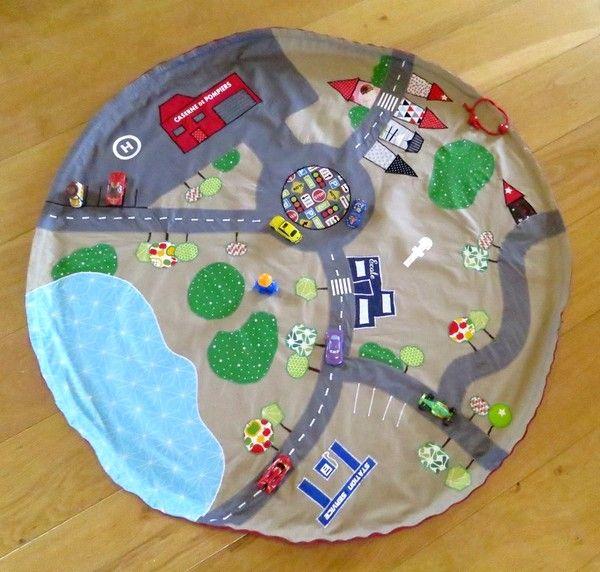 Je me suis lancée dans un nouveau métier : urbaniste ! pas facile d'agencer des routes ainsi que des maisons, écoles ... prévoir les passages piétons ben oui la sécurité c'est important ! et l'aménagement des espaces verts pfff pas si simple !   le plus facile a été de coudre tout ceci !! je vous présente donc mon premier sac à lego :         ça marche aussi très bien avec tout plein de voitures.