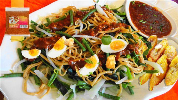 Surinaams eten – 5-Sterren Gado Gado Bami (groentesalade met bami, kip, gebakken banaan en hardgekookte eieren)