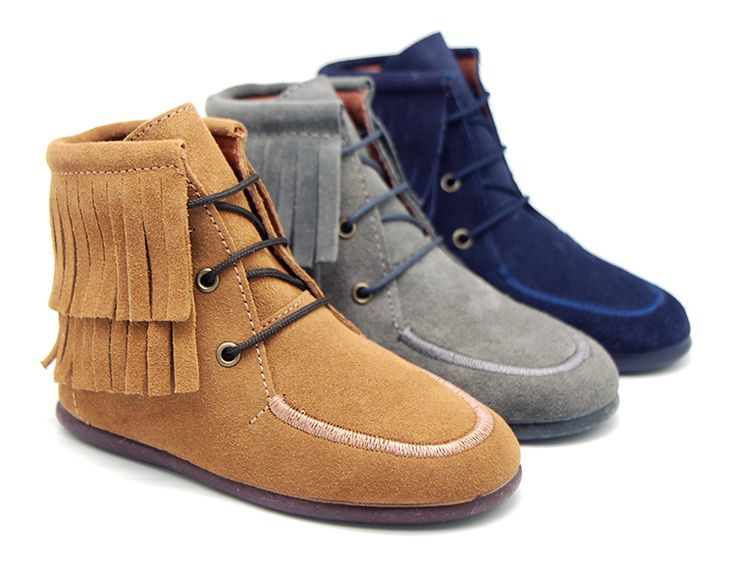 Tienda online de calzado infantil Okaaspain. Diseño y Calidad al mejor precio fabricado en España. Bota wallabi altura media en piel serraje con flecos. Envíos gratis en 24,48 horas laborables.