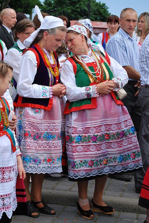 Folk costumes from the region of Kurpie Zielone, Poland. Fot. Edyta Bryk [source].