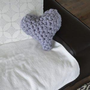 coussin coeur gris crochet