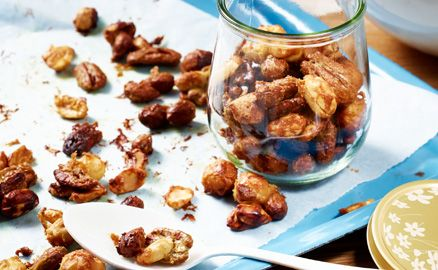 Die Nüsse werden in eine Mischung aus Zucker und Senf eingelegt und dann im Backofen gebacken – zum genüsslichen Knabbern im heimischen Wohnzimmer!