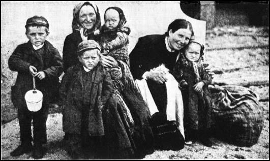 Irish immigrants arriving in the United States in 1902. © John Simkin ...