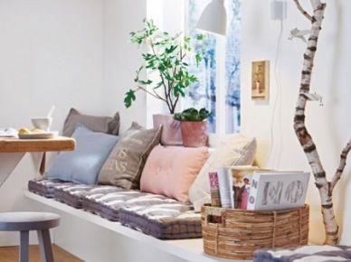 Drewniane ławki i zabudowane siedziska z poduchami przy stole w aranżacji kuchni i jadalni - inspirujące zakupy online.