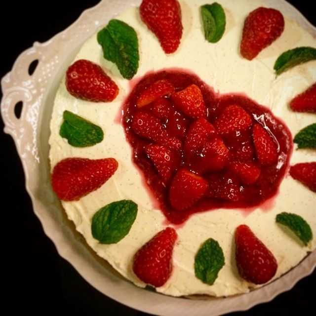 Birthday strawberry cheesecake ... homemade, of course!  #birthdaycakes #cheesecake #strawberry #strawberrycheesecake #strawberries #strawberrycake #homemade #homemadecake #torta #tortademorango #erdbeerkuchen #hausgemacht #domaci #jahodovycheesecake #jahodovydort #dortsjahodami #narozeninovydort #mintleaves #hortela #pfefferminze