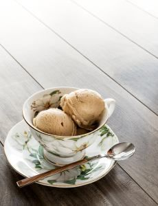 Crème glacée au thé Earl Grey  Lacrem découle de la nécessité d'avoir une « crème glacée » végétalienne produite au Québec avec des ingrédients de qualité offerte dans des saveurs délicieuses et uniques, qui ne se retrouvent pas ailleurs sur le marché.