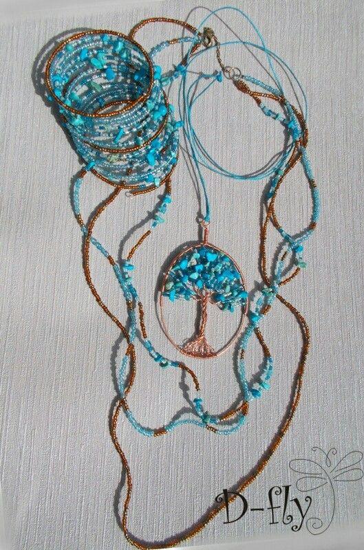 D-fly «Бирюзовое дерево» Комплект. Работа выполнена из следующих материалов: натуральная бирюза, бусины стекло, бисер стекло, медь, хлопковая веревка. Браслет на проволоке «Мэмори».