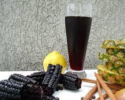Ah! mas o suco não é servido com o milho, é apenas a essência que fica na água que é importante, a espiga se descarta. Para servir, geralmente se adiciona (além do açúcar) limão, e pedaços de fruta como maçã, abacaxi e pêssego, herança espanhola da 'sangria'.