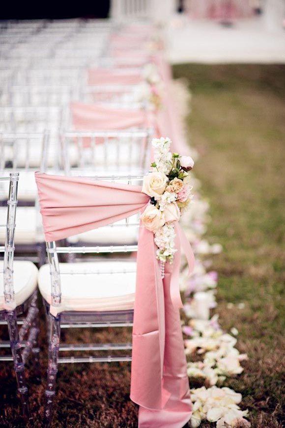 Sillas decoradas con flores y tela rosa palo | ideas para boda campestre