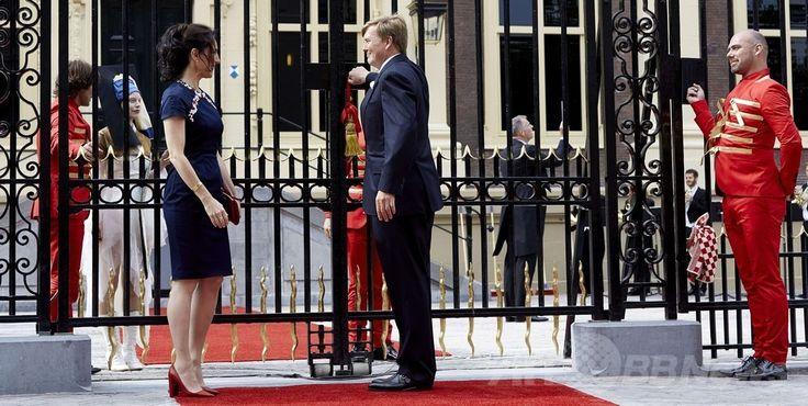マウリッツハイス(Mauritshuis)美術館の再オープンを宣言したウィレム・アレクサンダー(Willem-Alexander)オランダ国王と、エミリー・ゴーデンカー(Emilie Gordenker)館長(2014年6月27日撮影)。(c)AFP/ANP/MARTIJN BEEKMAN ▼28Jun2014AFP 「真珠の耳飾りの少女」の美術館、改装終了で再オープン http://www.afpbb.com/articles/-/3019059 #Mauritshuis #Willem_Alexander #Emilie_Gordenker