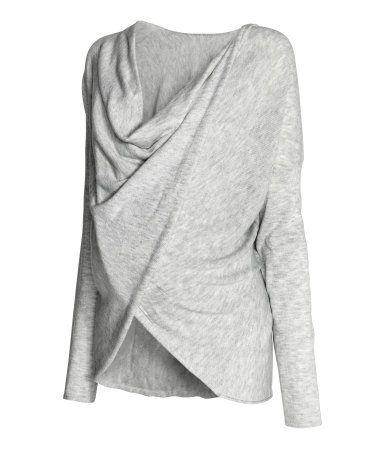 Hellgraumeliert. Feinstrick-Pullover aus weicher, melierter Viskosemischung mit Wollanteil. Der drapierte, überlappende Schnitt erleichtert das Stillen.