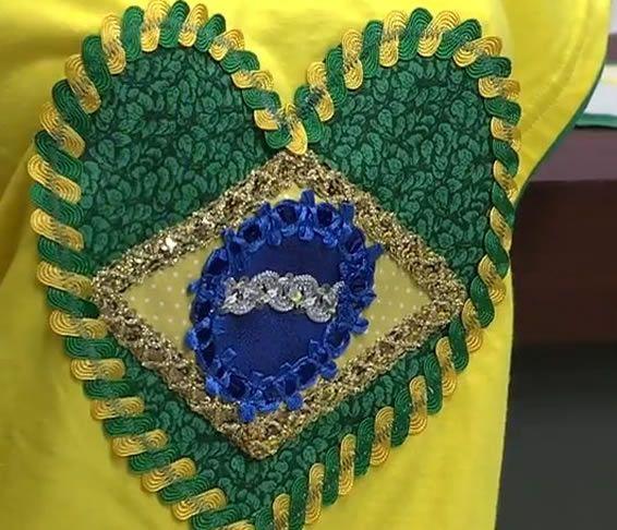 Como customizar camisetas femininas para copa do mundo. São dois modelos de camisetas femininas customizadas com artesanato para você mesma fazer. Você que