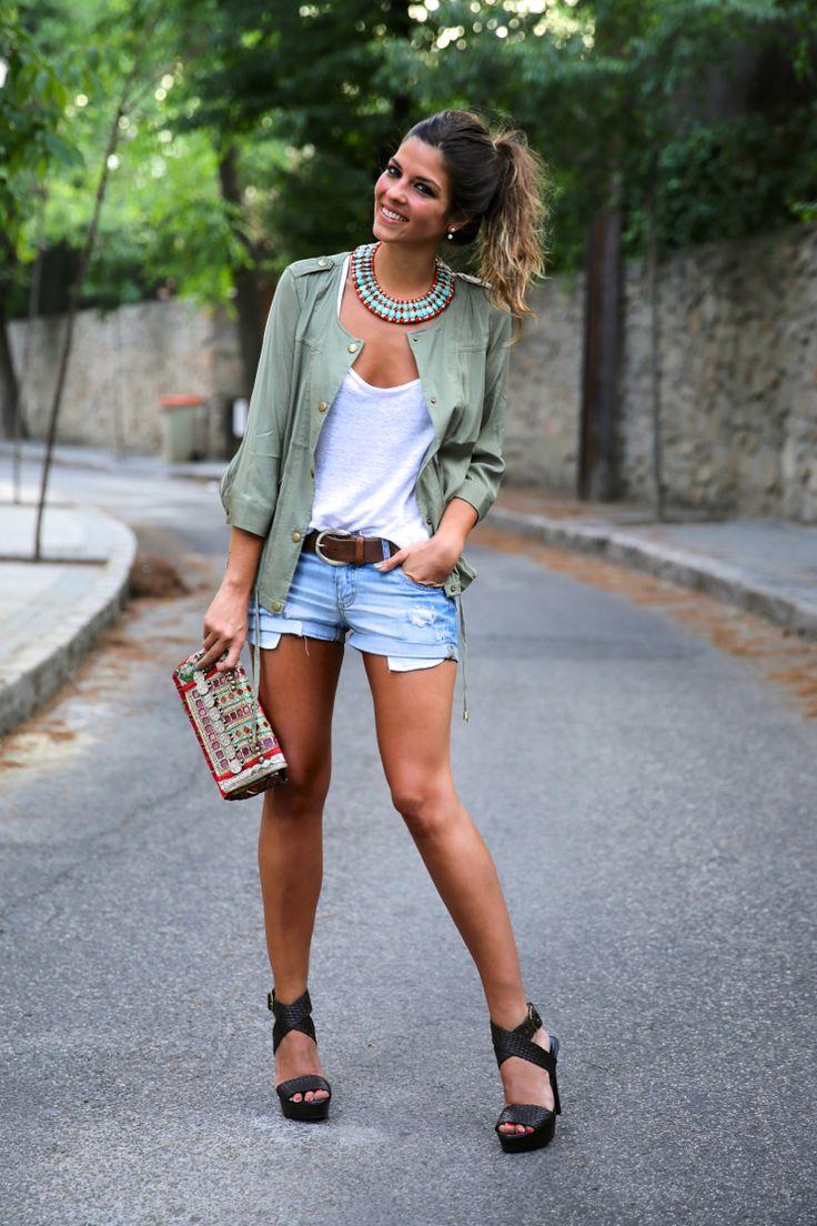 trendy_taste-look-outfit-street_style-blog-blogger-fashion_spain-moda_españa-khaki_parka-chaqueta_caqui-denim_shorts-shorts_vaqueros-basic_tee-camiseta_basica-ethnic_clutch-clutch_etnico-12