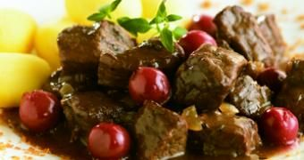 Carbonnades flamandes festives au Speculoos Lotus 1,5 kg de viande de boeuf en daube 2 oignons 1/2 l de vin rouge 100 g d'Eclats de Speculoos Lotus 120 g de gelée de groseilles rouges 1 grande cuillère de moutarde Persil, thym et laurier hachés menu 50 g de chocolat fondant finement moulu pour rehausser le goût (facultatif): 1 bocal de cerises du Nord ou de prunes www.chockies.net