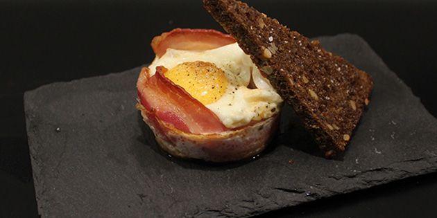 Servér en lækker omgang brunch i form af æg, tomat og bacon i én skål, så det hele bages sammen i ovnen. Det smager fantastisk og er ovenikøbet supernemt.