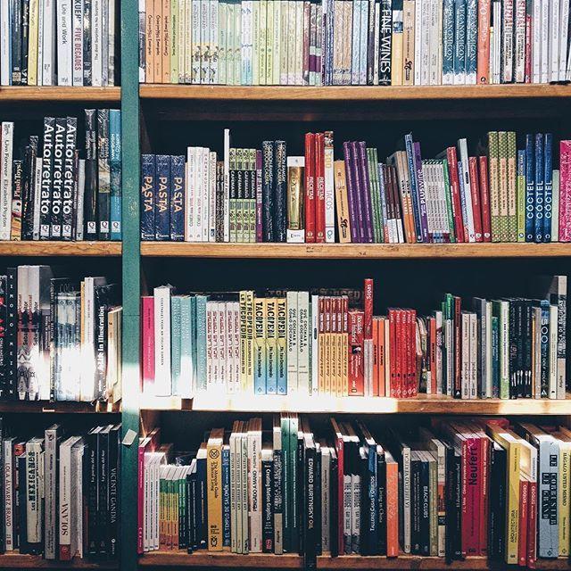 """""""El mundo es un libro y aquellos que no viajan sólo leen una página"""". #aboutfits #lifestyle #books #bookstagram . . . . . #cdmx🇲🇽 #cdmx #libros #blogger #blog #mx #mextagram #love #vsco #fav #newworld"""