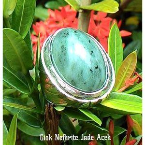 Natural Giok Nefhrite Jade Aceh Dimensi Batu : 26 x 20 x 10 Milimeter Diameter Ring : 10 Jenis Ring : Perak Ukir Bali  Harga diatas adalah harga nett. ( Anda akan Mendapatkan apa yang anda lihat di dalam foto, Bukan yang lain )  Spesimen Batu Giok Aceh Bergenre Unik, Karena sebagian diantara mereka saling berbeda corak namun berasal dari satu DNA yaitu Nefhrite Jade. Cocok sebagai hadiah, berikan batu mulia khas Aceh ini untuk keluarga, teman dan orang yang dicintai.  Investasikan nilai…