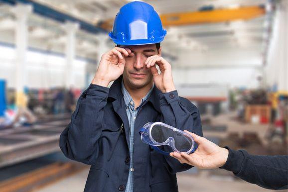 Oczy to ten element ciała pracownika, który powinien być chroniony w pierwszej kolejności. Dlatego też pracodawcy powinni zapewnić ich ochronę sięgając po specjalne okulary ochronne. Powiemy kiedy należy je stosować oraz jak się dobiera tego typu rodzaje środków ochrony oczu?