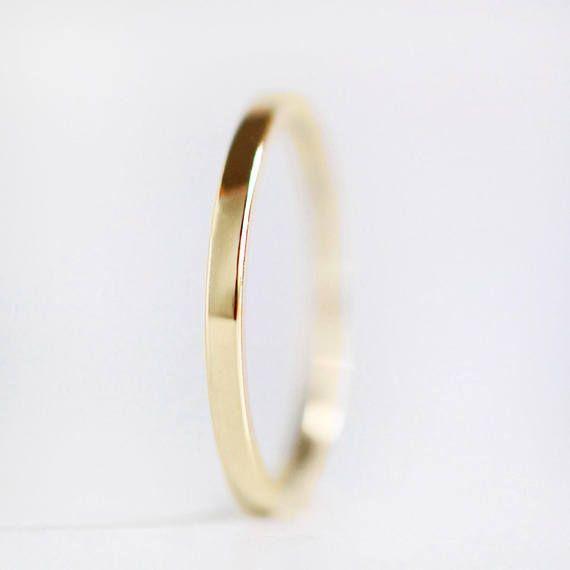 Einfach, dünn und elegant. Diese 1,5 mm breiten Band ist glatt und klassisch - macht eine schöne Ehering oder bequem Stapeln Ring. >> Aus 100 % recyceltem Gold gemacht >> Misst 1,5 mm breit x 1,3 mm dick >> Die Außenseite des Bandes ist flach, während die Innenseite des Bandes ist