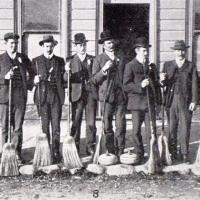 The Blackstone Hill Curling Club gathers for the Naseby bonspiel in 1909. Photo by the Otago Witness.
