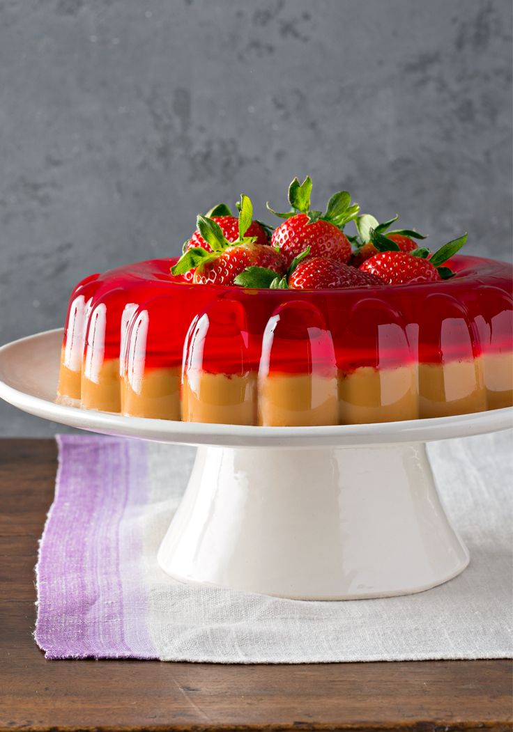 Postre de gelatina de fresa y dulce de leche-La gelatina es uno de los postres preferidos de la cocina latina. Prepara éste con sabor a fresa y dulce de leche para lucirte.