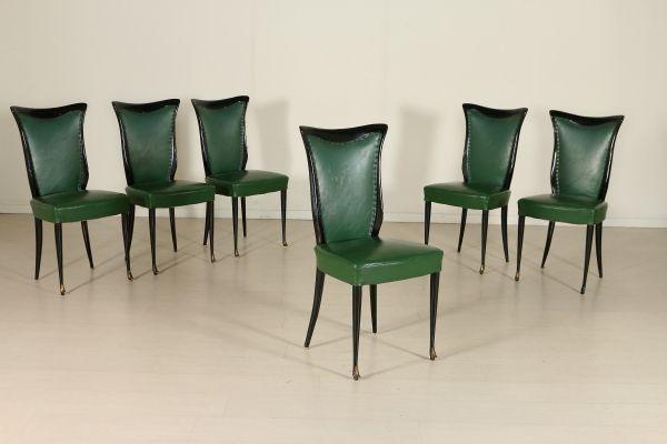 Gruppo di sei sedie; legno tinto ebano, imbottitura a molle, rivestimento in similpelle. Buone condizioni, presentano piccoli segni di usura.