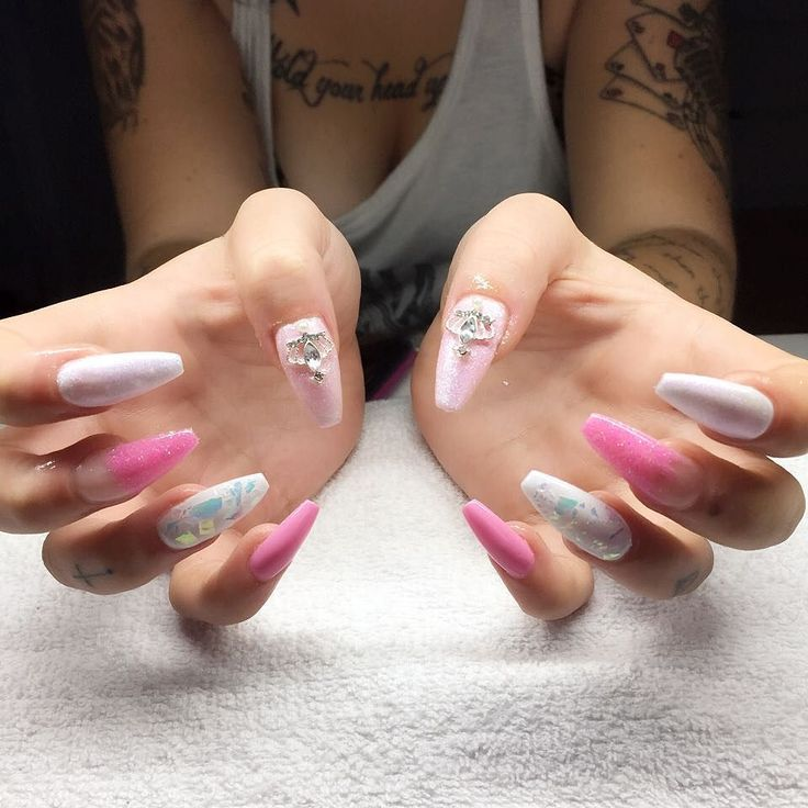 """När Caroline säger """"Gör vad du vill!""""  #nailporn #nailtech #gelnails #gelenaglar #nagelförlängning #glitternails #naglar #nailswag #vackranaglar #nailstagram #nailart #nails #scra2ch #hudabeauty #gliter #nailart #coffinnails #melformakeup #essie #vegas_nay #nsi #nailpromote #longnails #nailartgallery #glamandglits #notd by lollos_naglar"""