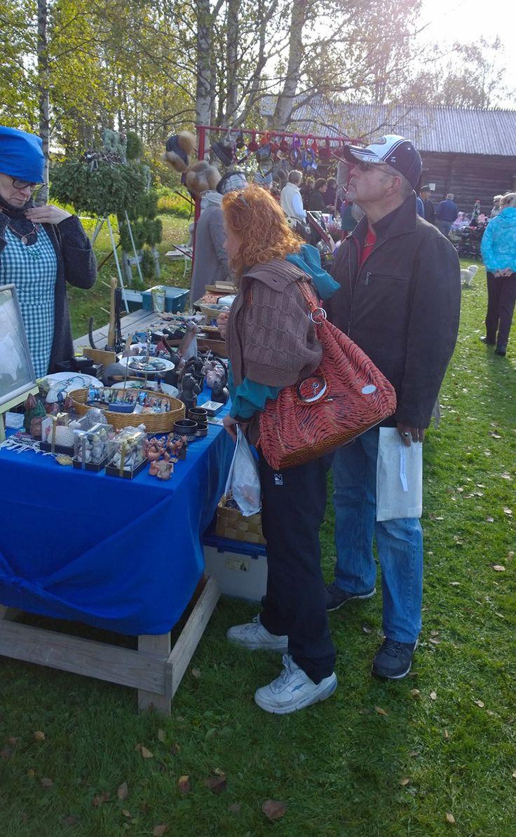 Markkinoilla on myynnissä  myös esimerkiksi koriste-esineitä ja itsemaalattua posliinia. Oulu (Finland)