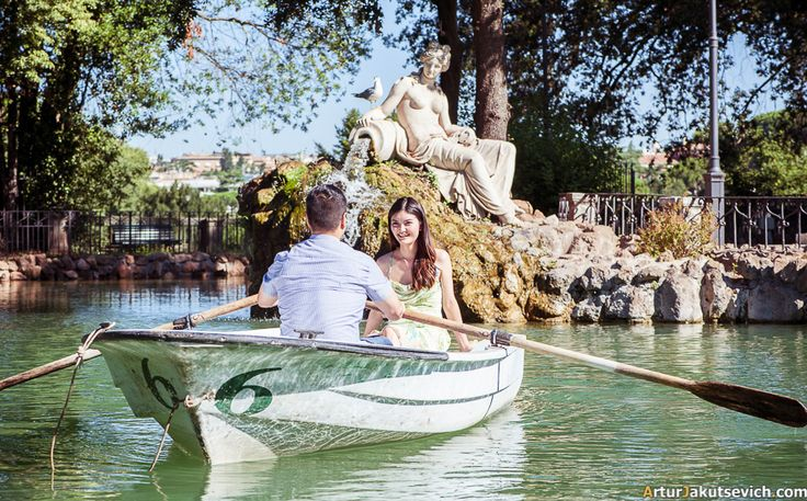 Villa Borghese is a dream place for every couple willing to have a romantic engagement photo shooting in Rome and Italy. #romephotographer #italianphotographer